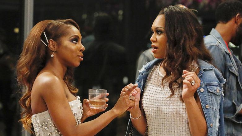 Candiace Dillard hablando con Monique Samuels