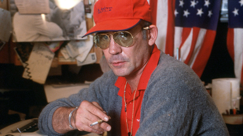 Hunter S. Thompson delante de la bandera estadounidense