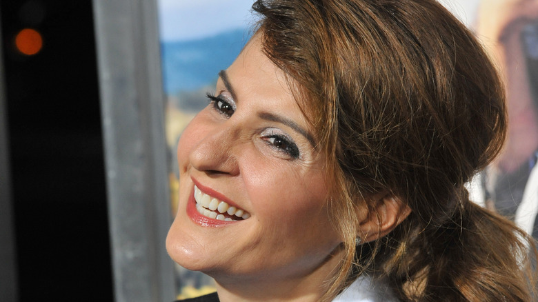 Nia Vardalos sonriendo perfil