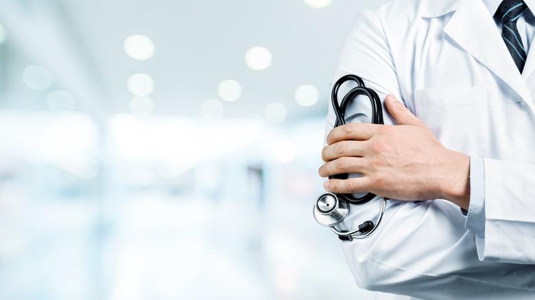 Imagen genérica del médico con bata de laboratorio.