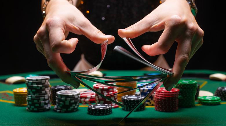 barajar cartas mientras se juega