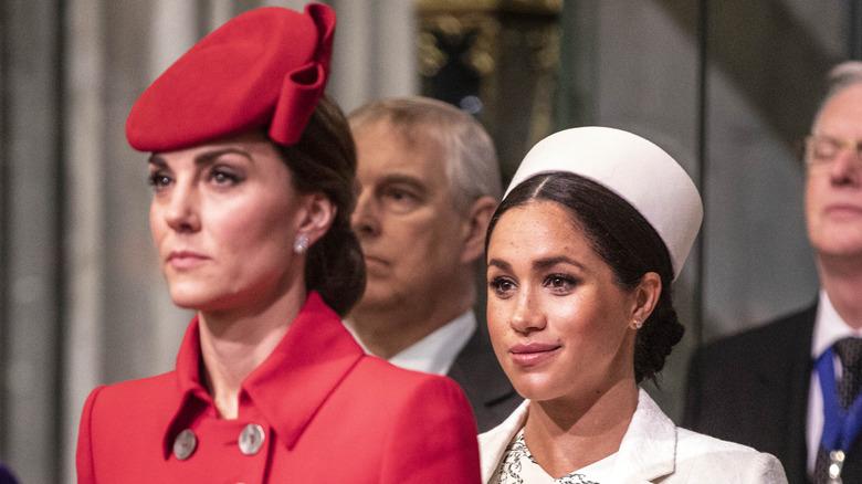 Kate Middleton de pie frente a Meghan Markle