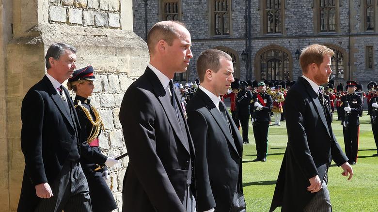 El príncipe William y el príncipe Harry de pie