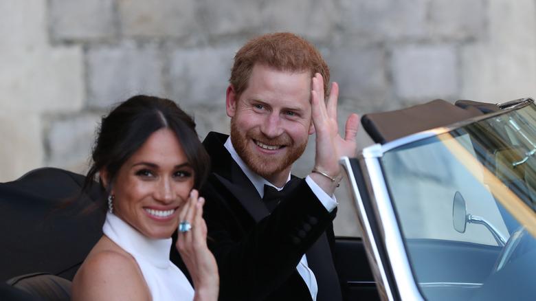 El príncipe Harry Meghan Markle, ambos saludando