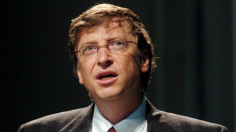 Bill Gates mirando hacia arriba desconcertado