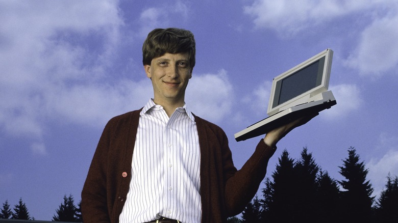 Bill Gates sosteniendo una computadora
