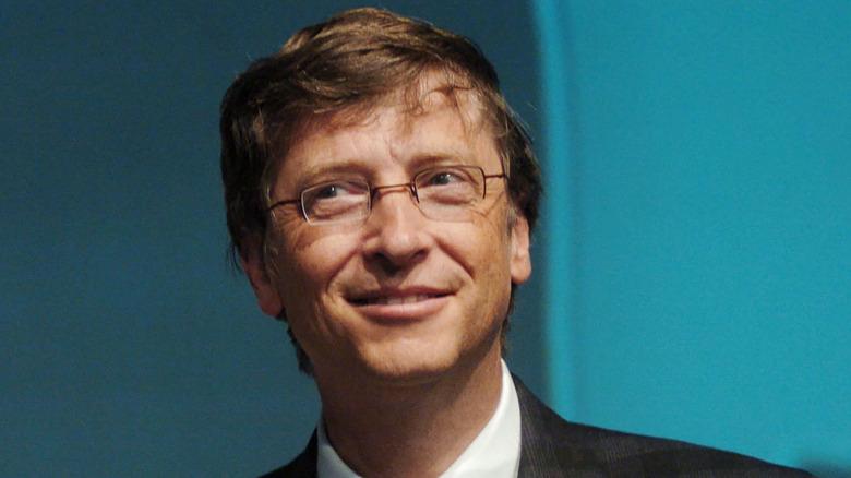 Bill Gates mirando desconcertado