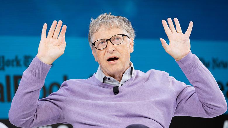 Bill Gates levanta las manos en el aire