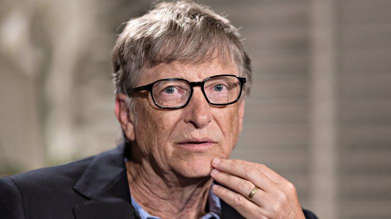 Bill Gates acariciando la barbilla