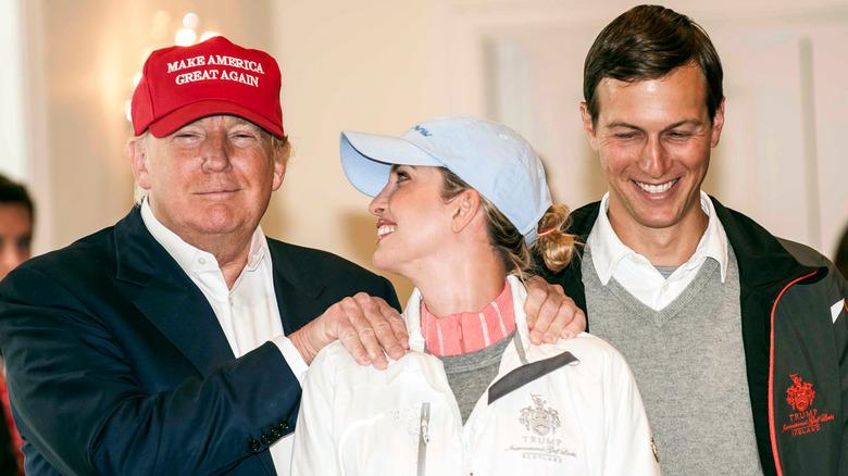 Donald e Ivanka sonriendo con Jared Kushner