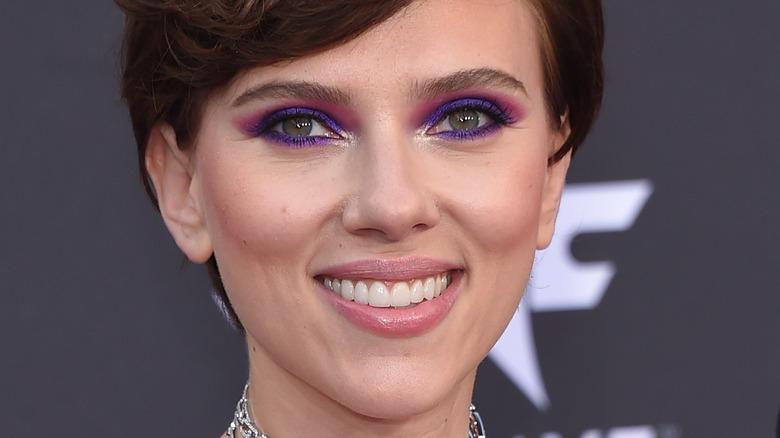 Scarlett Johansson sonriendo maquillaje de ojos morados