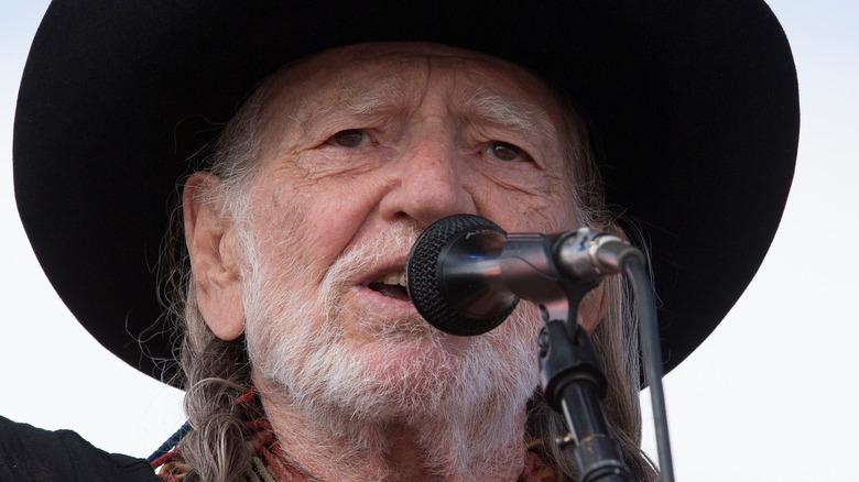 Willie Nelson cantando