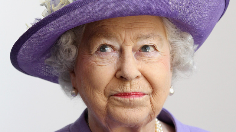 La reina Isabel II con sombrero morado