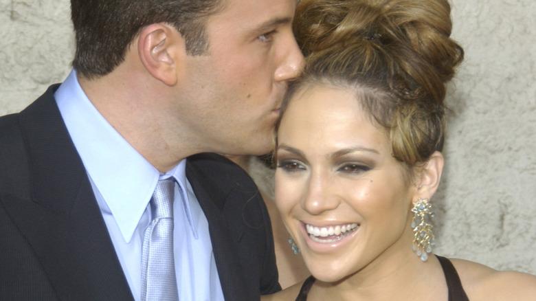 Ben Affleck besando a Jennifer Lopez