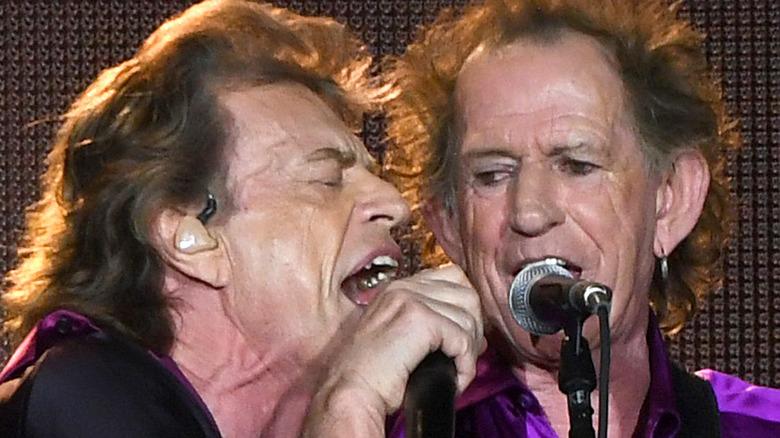 Mick Jagger y Keith Richards cantando