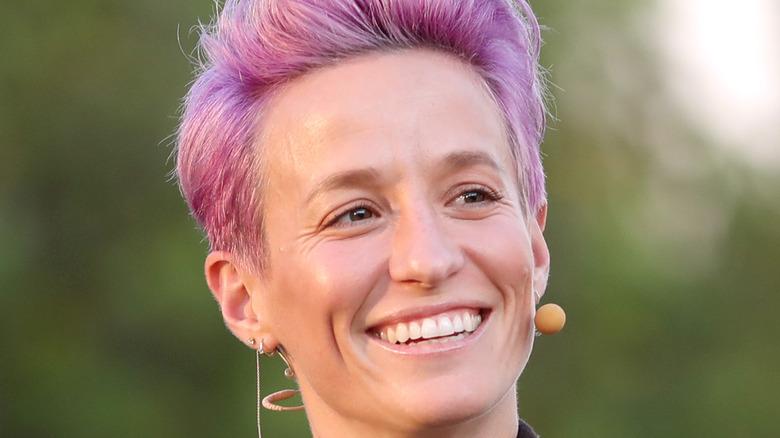 Megan Rapinoe sonriendo cabello rosa
