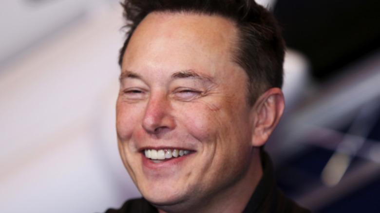 Elon Musk sonríe en un evento