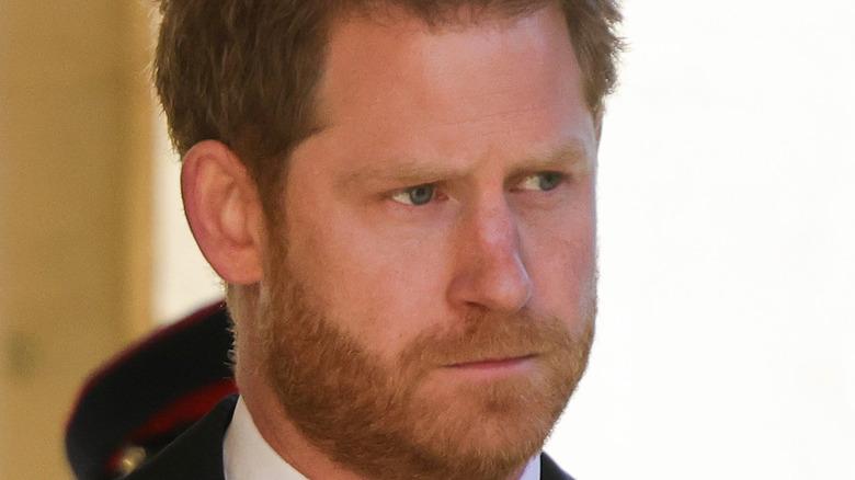 El príncipe Harry asistiendo al funeral del príncipe Felipe