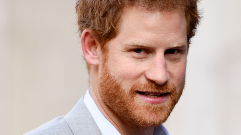 El príncipe Harry posa con un traje gris claro.