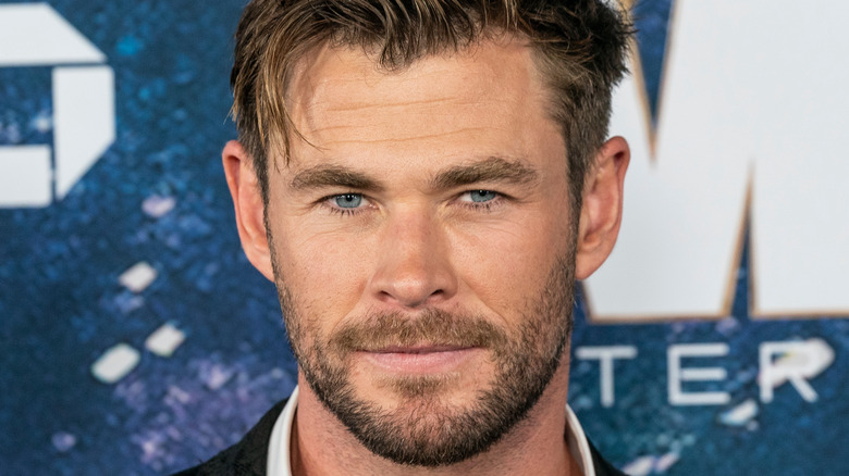 Chris Hemsworth sonriendo con una barba corta y desaliñada