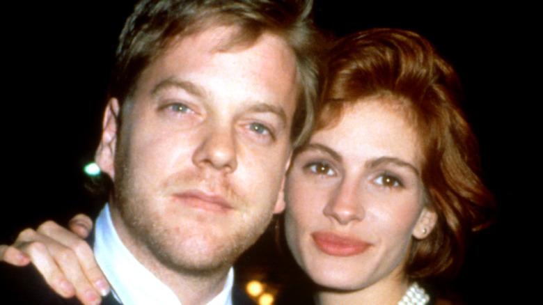 Kiefer Sutherland y Julia Roberts abrazándose en 1991