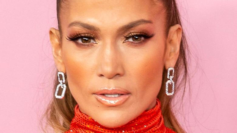 Jennifer Lopez mirando al frente
