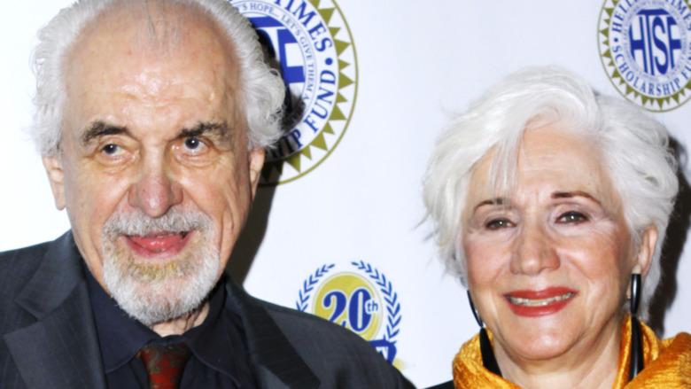 Louis Zorich y Olympia Dukakis sonriendo