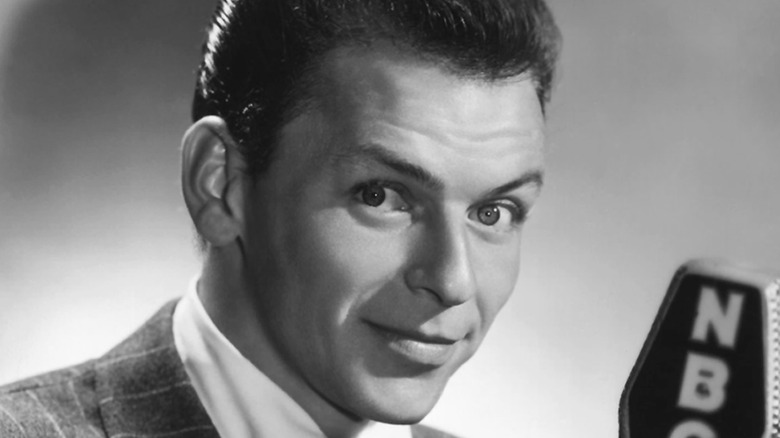 Frank Sinatra posando