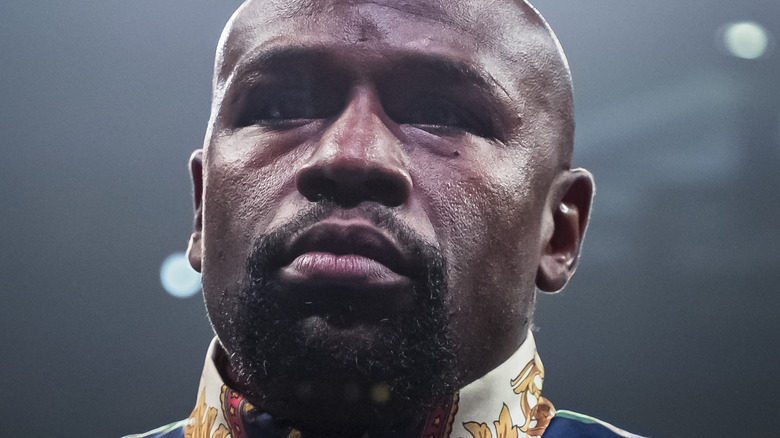 Floyd Mayweather de pie en el ring