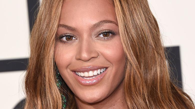 Beyoncé sonriendo en un evento