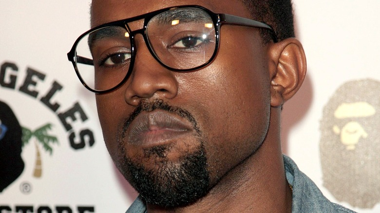 Kanye West con gafas