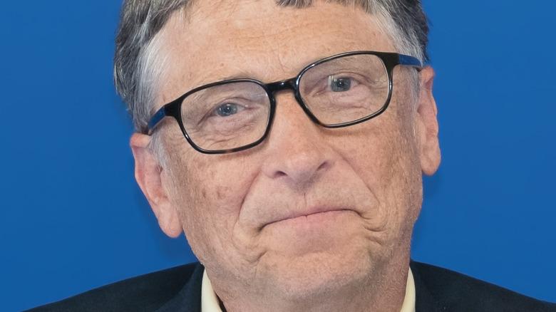 Bill Gates con expresión neutra