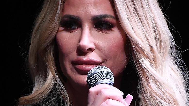 Kim Zolciak responde a preguntas en el escenario