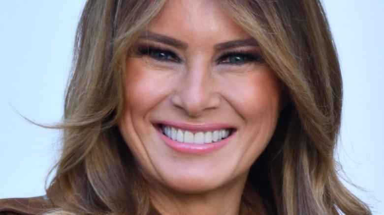 Melania Trump sonriendo y mirando a cámara