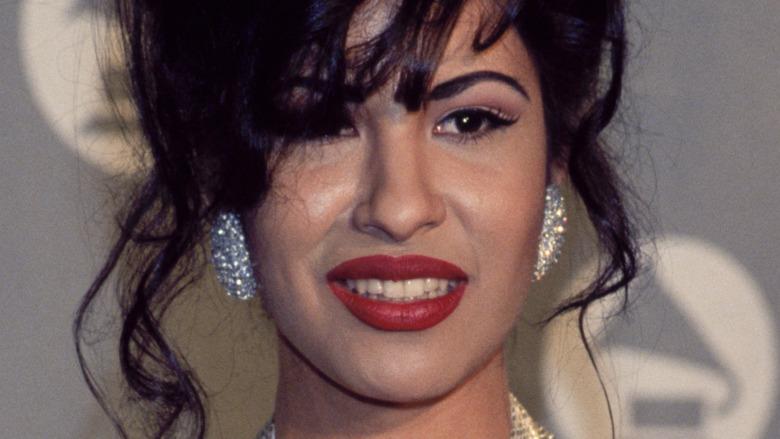 Selena Quintanilla posando