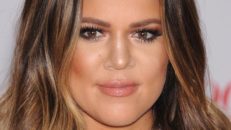Khloe Kardashian con expresión neutra