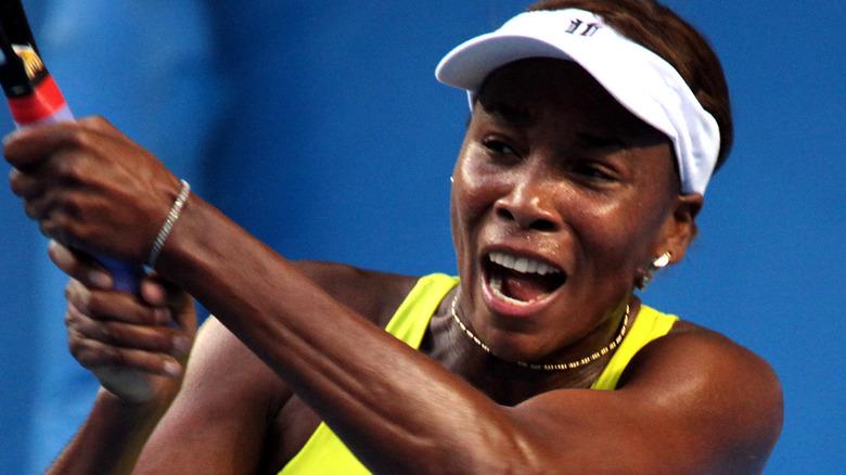 Venus Williams reacciona en la cancha