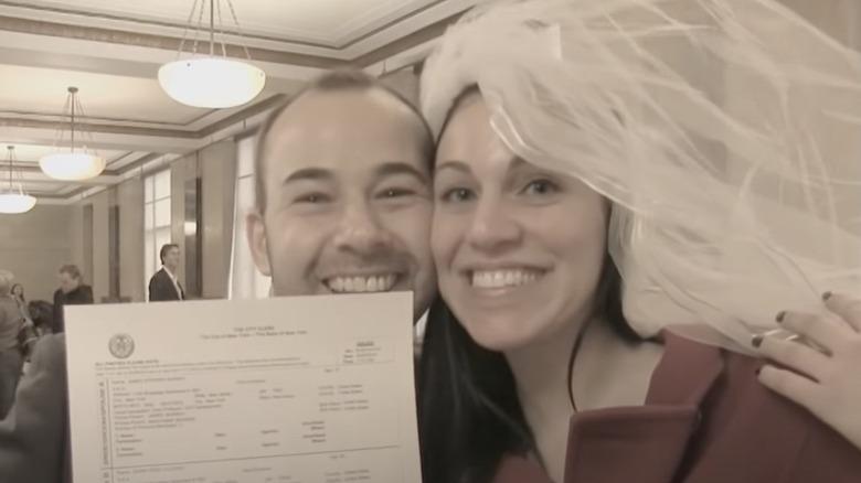 James Murray y Jenna Vulcano con su certificado de matrimonio