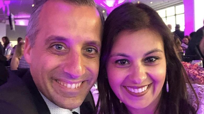 Joe Gatto y Bessy Gatto sonriendo para una selfie durante un evento