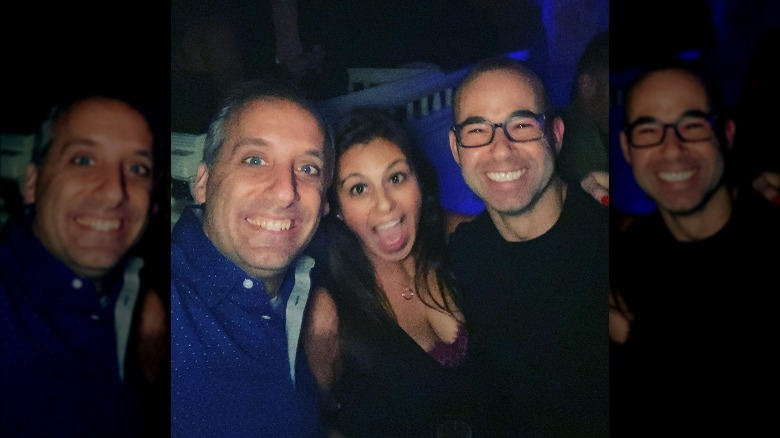 Joe Gatto, Bessy Gatto y James Murray sonriendo para una selfie