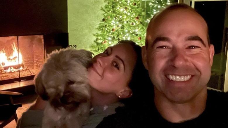 James Murray y Melyssa Davies sonriendo en Navidad con su perro Penny