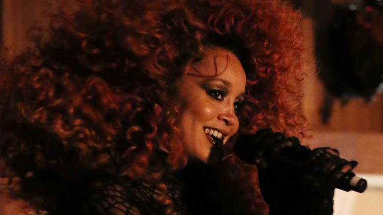 Jillian Hervey cantando con Lion Babe