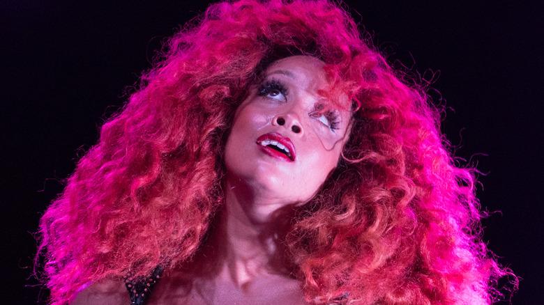 Jillian Hervey luciendo un gran cabello rosado