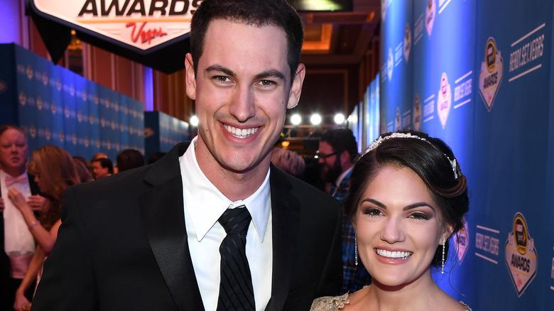 Joey Logano y Brittany Baca en los premios NASCAR