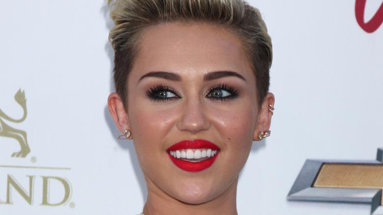 Miley Cyrus mirando hacia otro lado