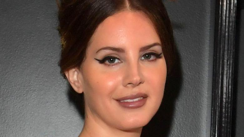 Lana Del Rey con peinado de colmena