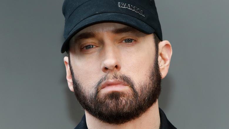 Eminem con gorra negra