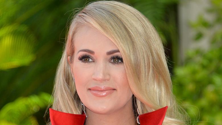 Carrie Underwood con una chaqueta roja