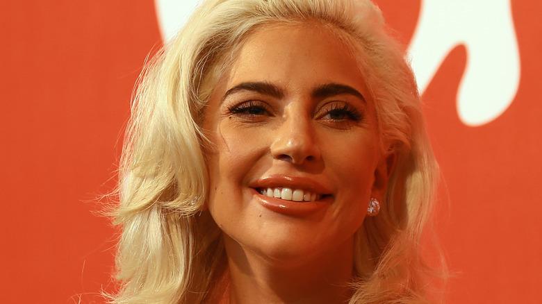 Lady Gaga sonriendo