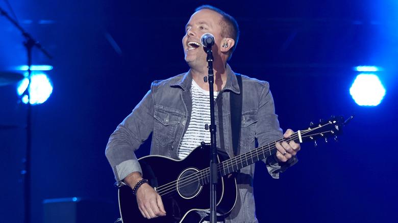 Chris Tomlin canta, toca la guitarra